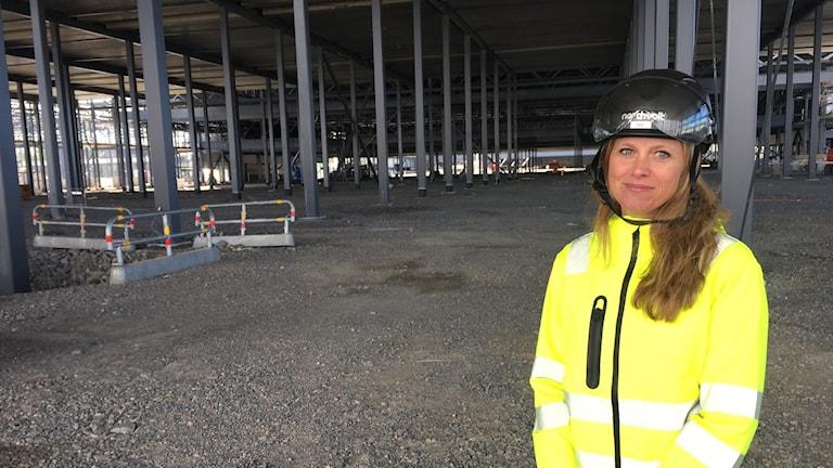 Katarina Borstedt, ansvarig för kompetensförsörjningsfrågor på Northvolt på plats på det enorma fabriksområdet som håller på att byggas i Skellefteå.