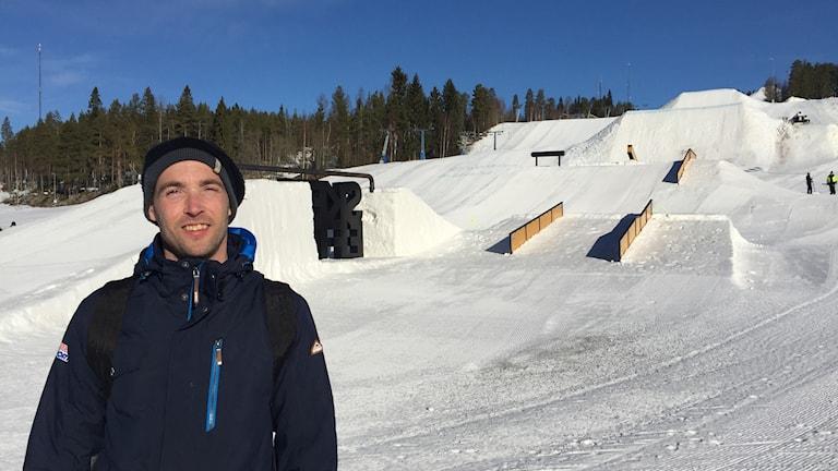 Ronnie andersson, arrangör av tävlingar i slopestyle och snowboard står framför den bana han byggt.