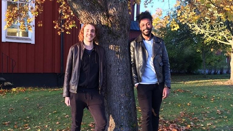 Carl Björkman och Lars Fagernäs utanför Strömbäcks folkhögskola.