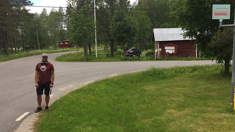 Linus Danielsson vid en busshållplats i Varuträsk, byn som kan få test med förarlösa bussar.