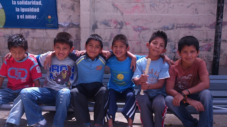 Nyduschade killar i skolan Proyecto Semilla i Guatemala