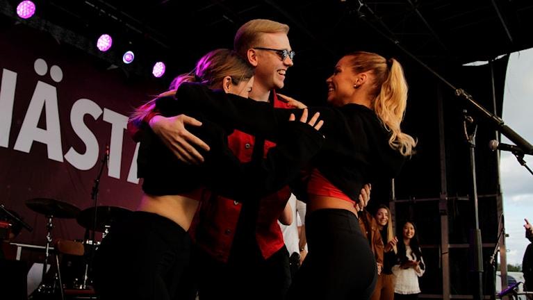 Jahr firar vinsten med sina dansare