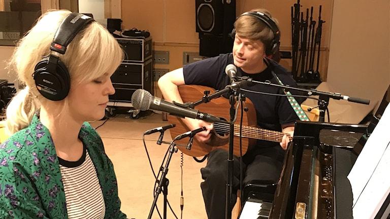 Olov Antonsson och Frida Johansson gör en livespelning i Radiohuset i Umeå Foto: Mikael Lindberg/SR
