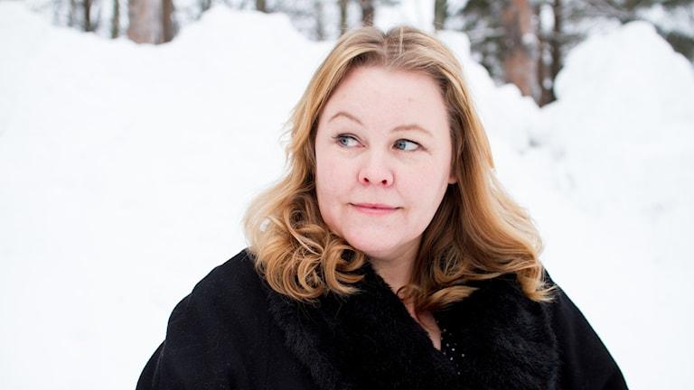 Erica Dahlgren framför en snöhög