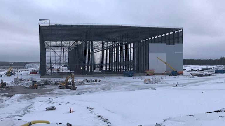 Första byggnaden på Northvolt ett, på en stor stålram har väggar börjat monteras.