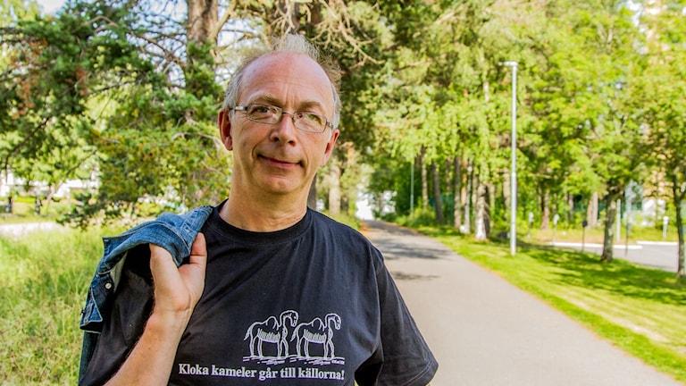 Arne Müller framför en cykelväg