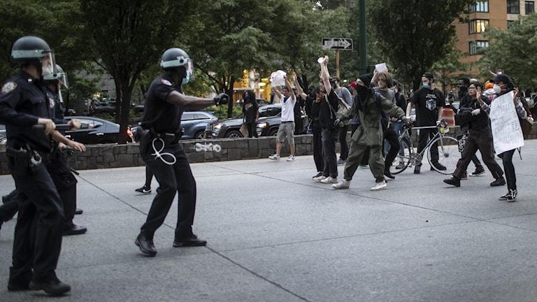 Polis och demonstranter möts