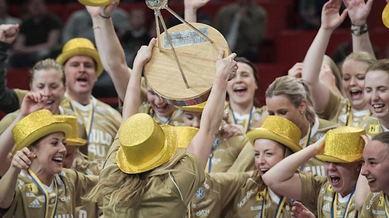 Iksu firar sitt SM-guld med guldhattar och hissar pokalen efter segern SM-finalen 2018.