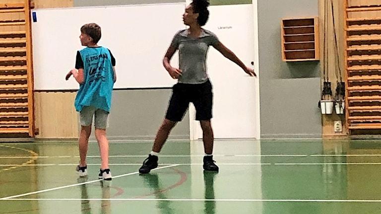 Belle Akeredolu på basketplanen i Nordmaling.