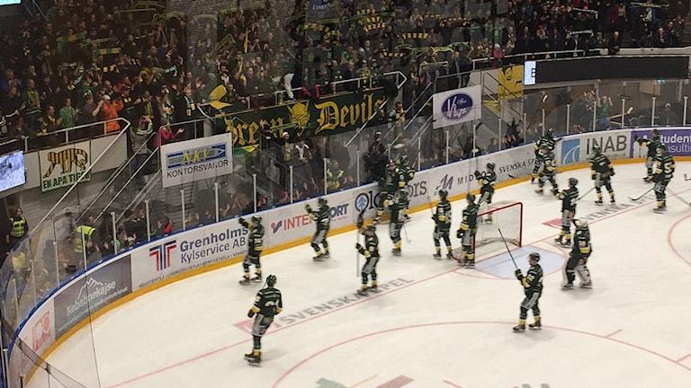 Spelarna i Björklöven tar emot hyllningar från fansen.