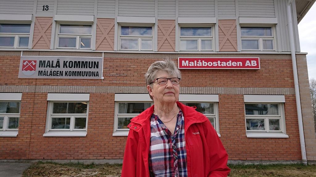 Siv Stenberg vänsterpartiet framför kommunbyggnaden i Malå