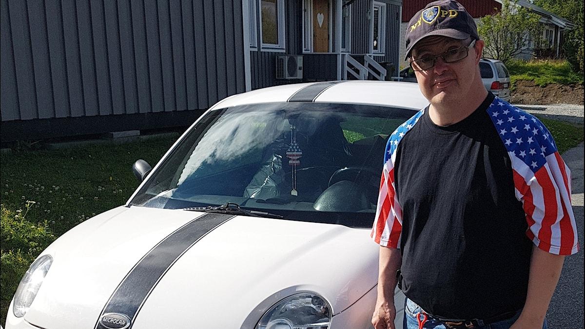 "Bill ""Sheriffen"" Persson framför sin egen mopedbil i somras."