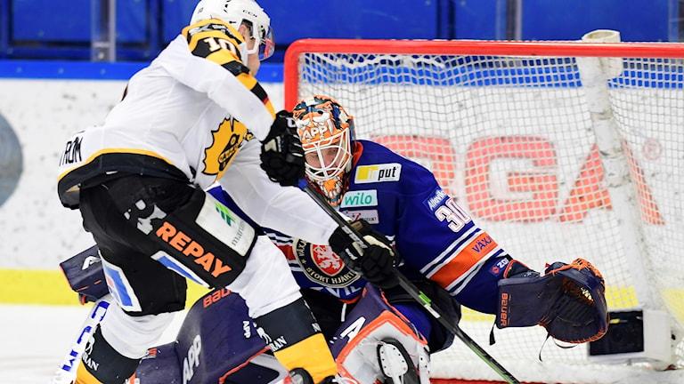 Jocke Lindström kommer mycket nära mål med pucken vid klubban till höger, själv lutar han åt vänster.