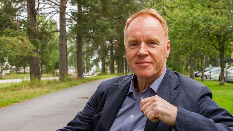 Ingvar Näslund på en parkbänk utanför radiohuset