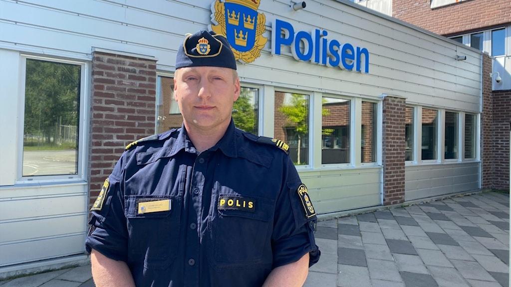 Johan Eklund, polis, framför polishuset i Umeå. Foto Maja Slobodnik Sveriges Radio