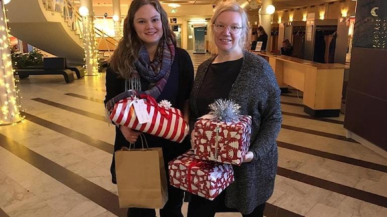 Allmänheten samlar in julklappar till kvinnojouren i Umeå Foto: Madeleine Harrati SR/Västerbotten