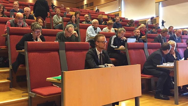 Andreas Lööwenhök (M) sitter på första raden i Skellefteå kommunfullmäktige.