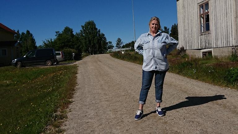 Katrine Mattsson på sin byaväg genom Buberget