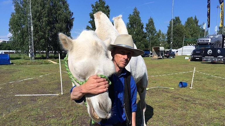 Anders Thorell, kameldressör, tillsammans med kamelen Herman på Stora Nolia 2017 i Umeå
