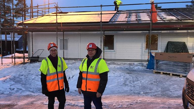 Fredrik Jonsson och Christoffer Svanberg framför energioberoende villa med solceller på taket.