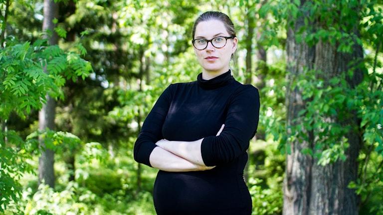 Victoria Lindgren, jurist och doktorand i rättsvetenskap vid Umeå Universitet, vid en skogsdunge