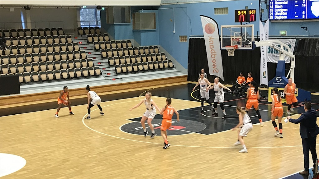 Umeå och Luleås basketspelare på planen.