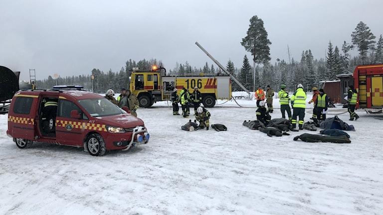 Räddningsarbete efter en simulerad flygkrasch på Skellefteå flygplats.
