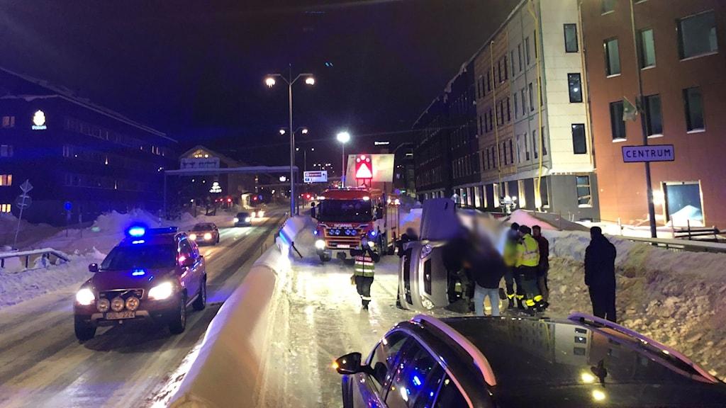 En grå mopedbil ligger på sidan mitt på E4 genom centrala Skellefteå.