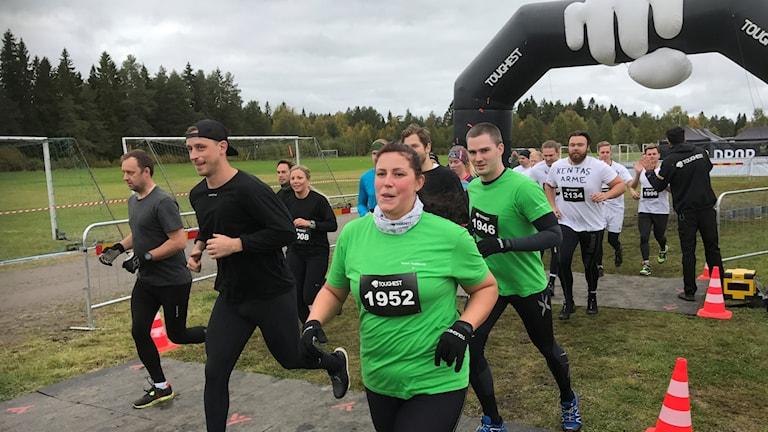 Ett gäng löpare, män och kvinnor, startar i 2017 års hindertävling, Toughest i Umeå.