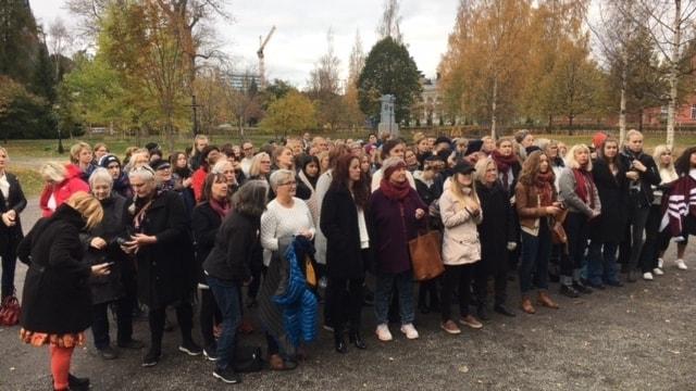 De samlades i Döbelns Park Umeå i en aktion mot sexuella trakasserier  #Metoo