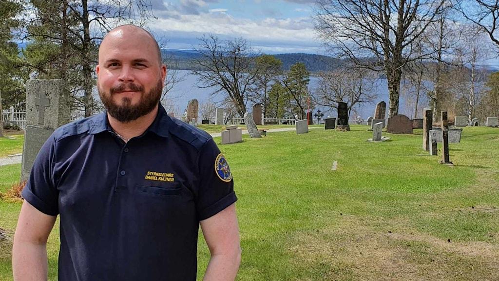 Daniel Kultner står på en kyrkogård i Vilhelmina