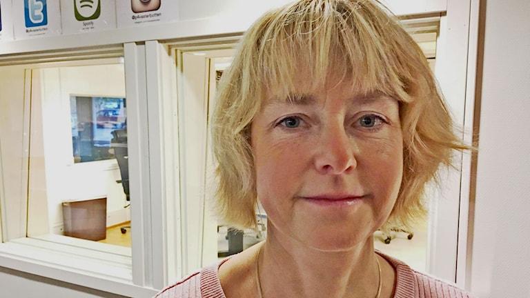Ansiktsbild på Monika Långström, lokalt donationsansvarig sjuksköterska på Norrlands universitetssjukhus, utanför studion