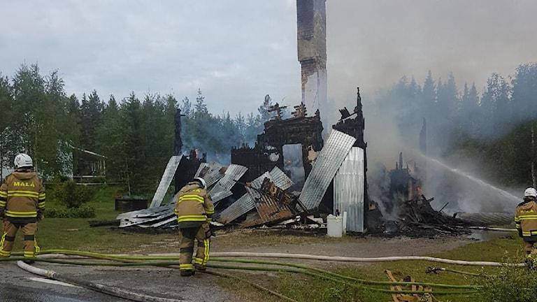 Resterna av det hus som brann ner i Adak