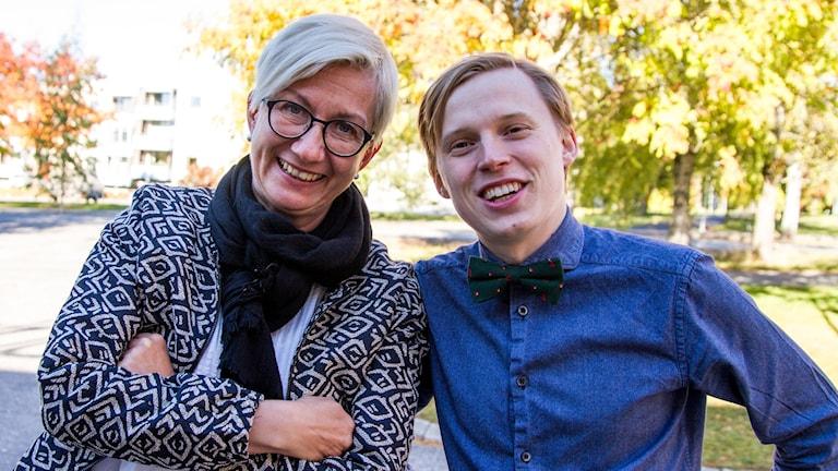 Humorduon Agneta Stefansson och Erik Moberg ute bland överexponerade höstfärger