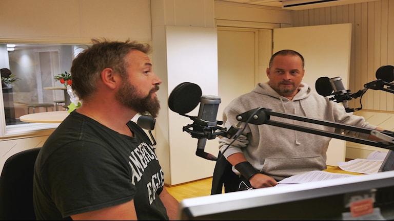 Robert Wallgren och Roger Nyström från IF Metall i radiostudion.