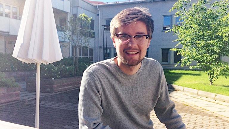Markus Nyström finalist i P4 Nästa Västerbotten vid ett trädgårdsbord