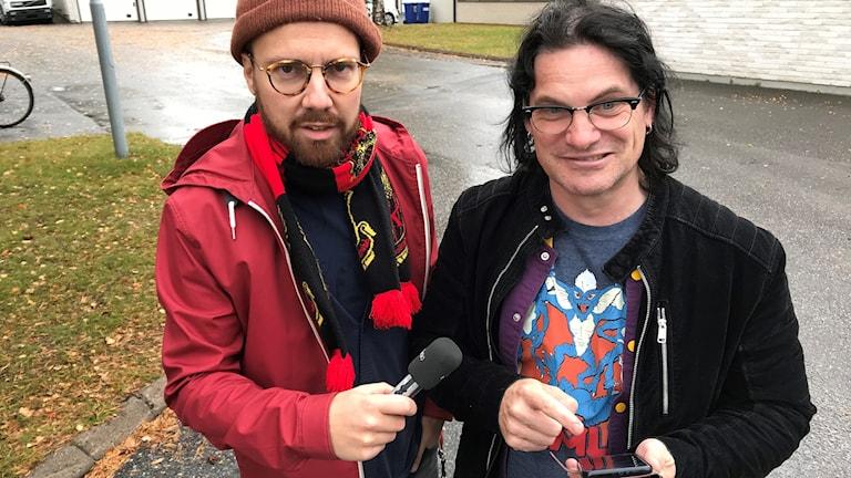 Programledare Martin Sundelius (t.v.) och spelexpert Jonas Rosenqvist (t.h.) testar spelet Pokémon Go