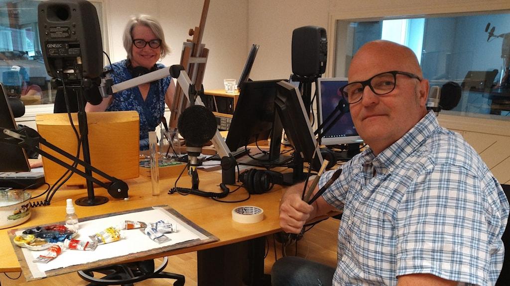 Pia Diaz Bergner och konstnären Lligo Matson i radiostudion med akvarellfärger, papper och penslar. Foto Oscar Stål Sveriges Radio