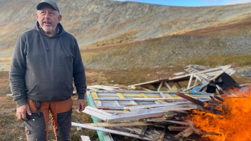 Thommy Persson uppe på fjället intill resterna av Klöverstugan som satts i brand.