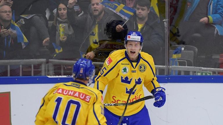 Oscar Möller (H) jublar efter kvittering 2-2 hyllas av Joakim Lindström (10) under onsdagens ishockeymatch i Karjala Cup mellan Sverige och Tjeckien i Behrn Arena. Foto Anders Wiklund / TT
