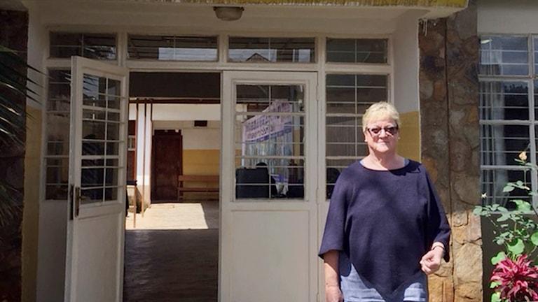 Ellinor Ädelroth framför dörren till Panzisjukhuset i Kongo-Kinshasa