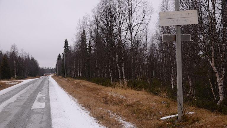 Grusväg med hemmagjord skylt