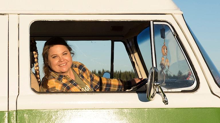 Susanne Jonsson i förarsätet på en minibuss