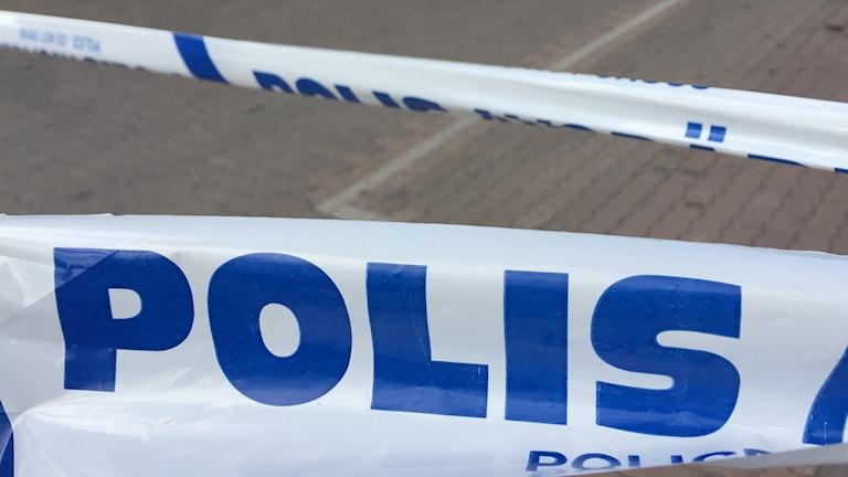 Polisen har spärrat av med blåvita band.