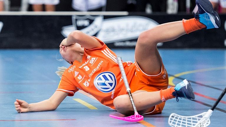 IKSU-spelare ligger på golvet efter att ha fått en smäll.