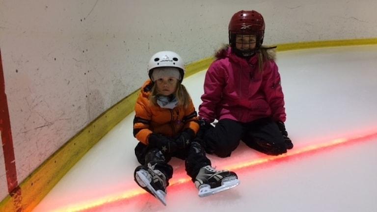 Unga tjejer på is med lyse i Boliden.