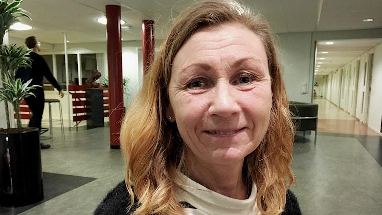 Carina Olander från familjerätten i Umeå i radiohuset