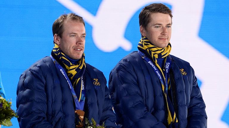 Emil Jönsson och Teodor Peterson på prispallen med sina bronsmedaljer från OS i Sotji 2014.