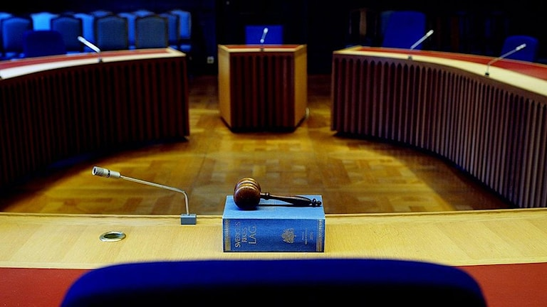 En rättssal, stolar och podium och en lagbok