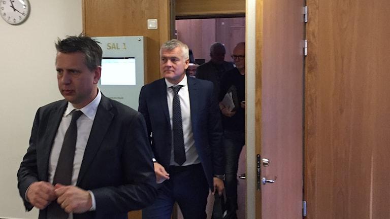 Advokater för Arica Victims går in i en rättegångssal